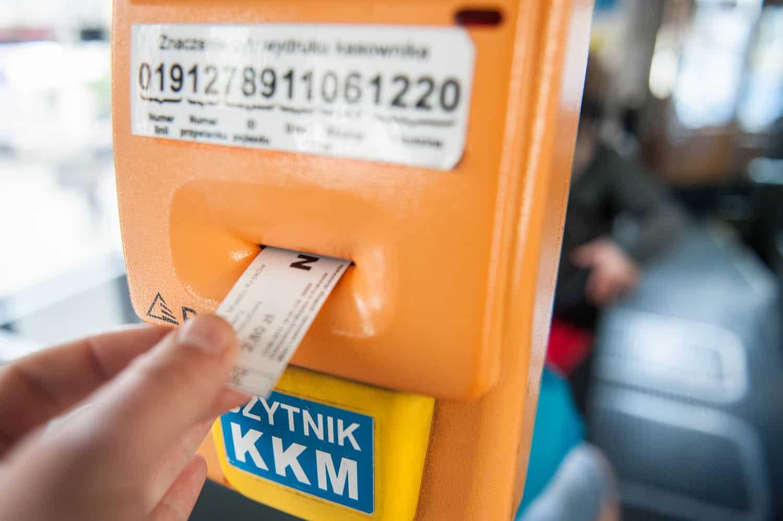 PHOTO KRZYSZTOF KALINOWSKI LOVEKRAKOW.PL KRAKOW KASOWNIK W TRAMWAJU N/Z BILET 2015-04-13 BILET KASOWNIK PRZEJAZD OPLATA KASOWANIE
