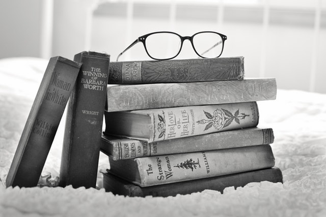antique-black-and-white-books-33283