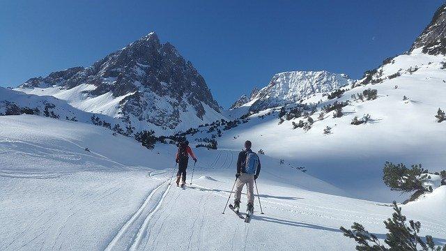 backcountry-skiiing-1363750_640