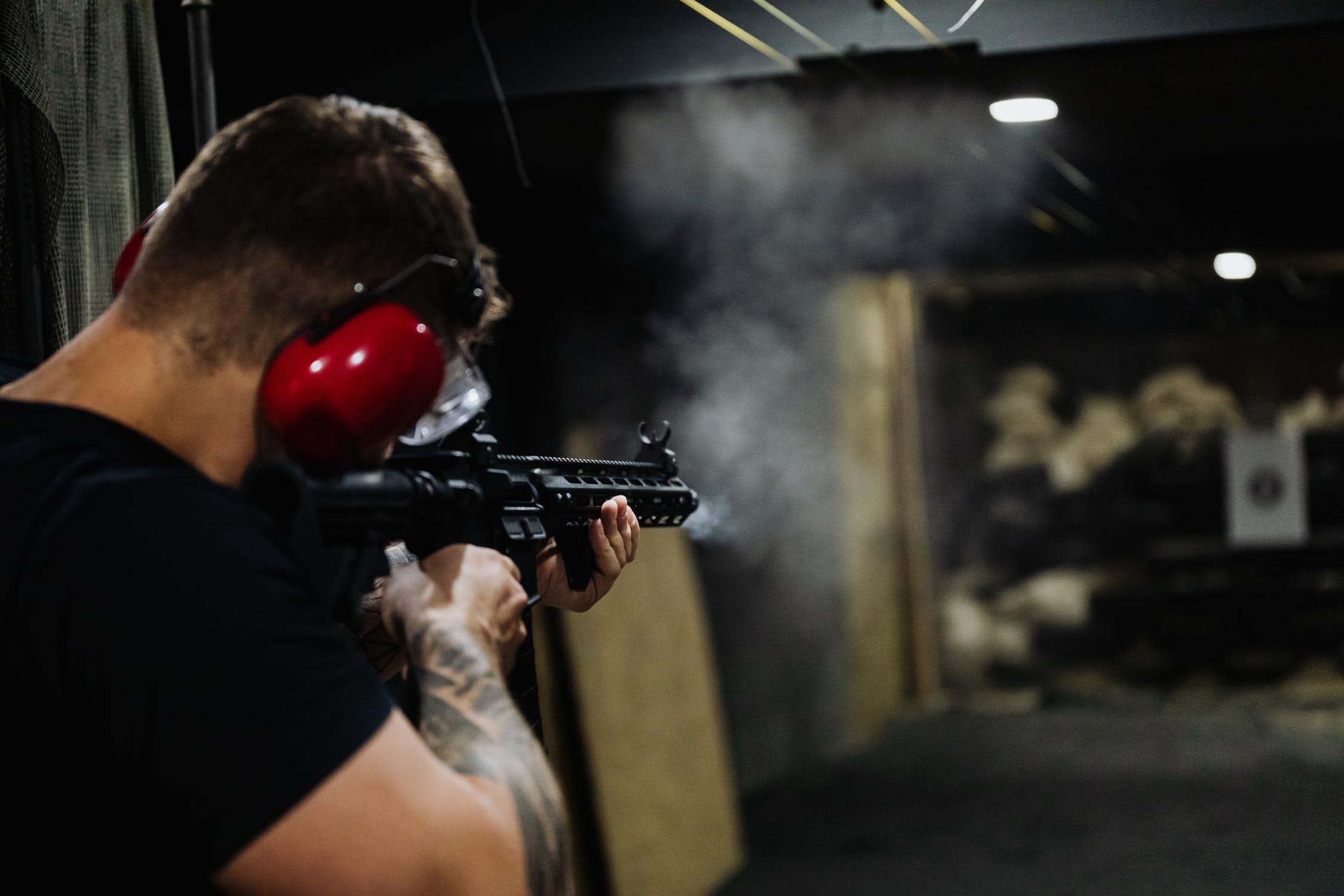 mężczyzna_strzelający_do_tarczy_na_strzelnicy